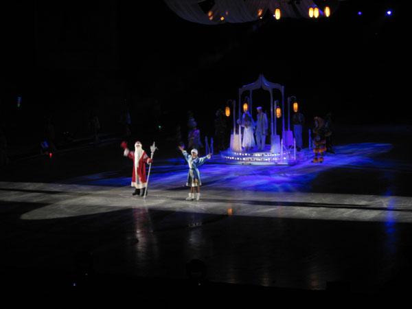 Восточные мотивы не помешали участию Деда Мороза и Снегурочки, Аладдин на льду ледовое шоу в Лужниках