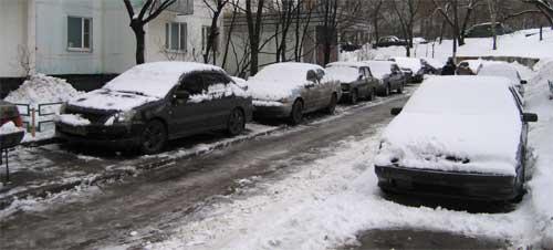 Машины  на тротуарах - обычное явление, а где еще поставить?