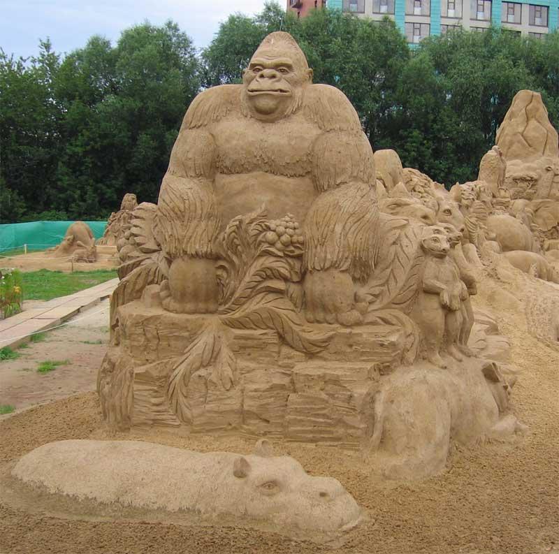 Посетителей встречает надменная горилла, сопровождаемая сурками и бегемотами. Фестиваль песчаных скульптур.