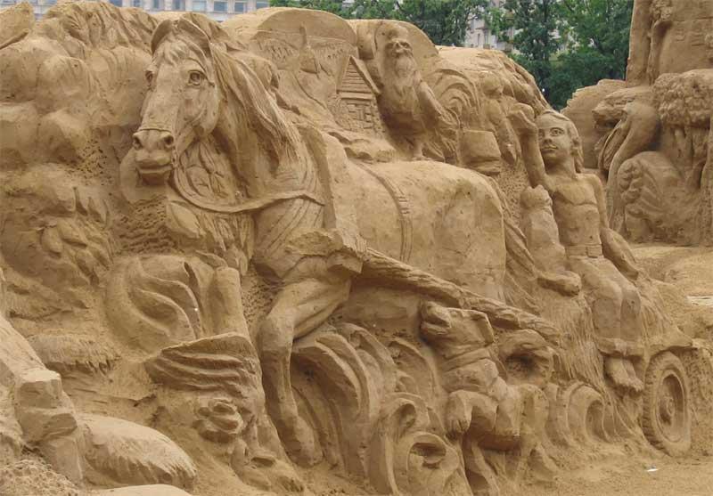 Лошадь из песка, несется вскачь... как бы не рассыпалась по дороге