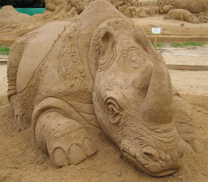 Песчаная фактура кожи носорога, делает ее очень похожей на настоящую