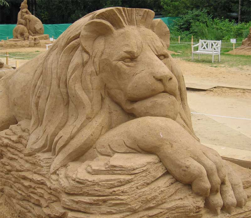 Песчаный царь зверей взирает на посетителей, с достоинством положив голову на огромные лапы